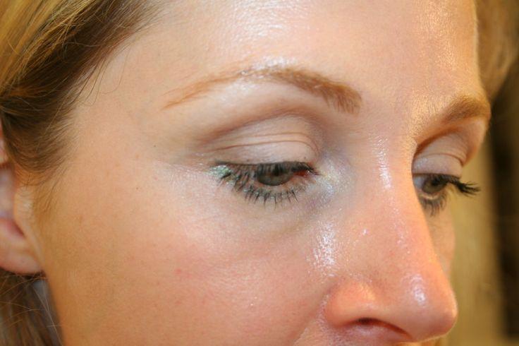 De combinatie van foundation en rimpelsis nogal een uitdaging en in diezelfde categorie valt oogschaduw en hangende oogleden.Als je oogleden heel ver overhangen kan je ervoor kiezen om voortaan b...