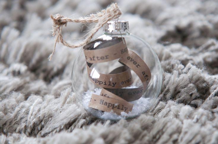 DIY - doorzichtige kerstbal met tekstlint ~@ Christmaholic.nl, by Vroni van Hoek