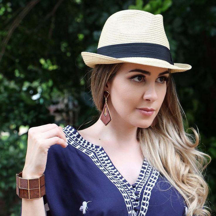 Maxi acessórios: Brincos e pulseira de madeira. Chapéu Panamá da Canal por Nati Romano Look de vestido bata azul marinho, veja mais na página.