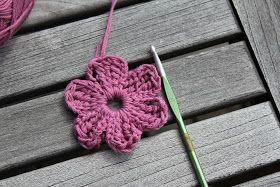 Bild och mönster har jag lånat här! Nedan följer en virkbeskrivning på en blomma som blir drygt 8 cm från bladspets till bladspets om m...