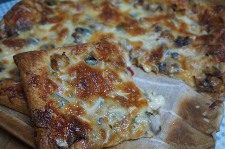 Pizza de hojaldre con verduras - Hay muchas maneras de preparar las pizzas, pero una fácil es esta que hoy os propongo una pizza de hojaldre con verduras. Está muy buena, es sencilla y gusta mucho. Con la masa de hojaldre podemos preparar pizzas de diferentes rellenos e incluso aprovechar cosillas que quedan por la nevera.... - https://www.lasrecetascocina.com/pizza-hojaldre-verduras/