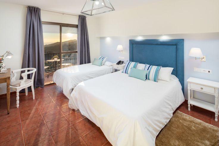 Combinación ideal de blanco y azul en una relajante habitación de hotel rural.
