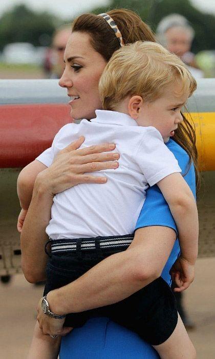 По прибытии на авиабазу Фэрфорд, принц Джордж перенервничал и заплакал. Мама Кейт обнимает сына, чтобы успокоить его.
