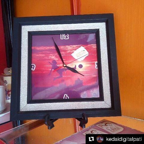 Cuma ada di Pati, tanpa minimal order! Kunjungi outlet Kedai Digital 36 Pati, di Jl. Dr. Wahidin 5C 003/001, Pati Lor, Pati. Atau hub 0877 4227 2557  #Repost @kedaidigitalpati with @repostapp ・・・ pigura jam keramik bisa buat kado atau pribadi bisa dikasih foto sesuka anda :) #kedaidigital #kedaidigitalpati #pati #bumiminatani #explorepati #souvenir #souvenirsatuan #merchandisegakadamatinya