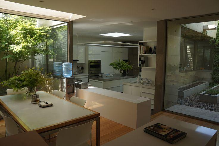 Cocina lacada alto brillo blanca. Puertas sin tiradores y espacios abiertos.