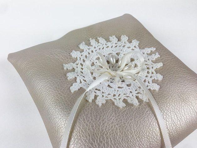 Nur für deine Hochzeit! Wunderschönes schlichtes Ringkissen. Highlight Spitze! Bestickt mit 8 weißen Perlen. Perlmutt und weiß. Satinbänder für eure Ringe. Edel. Romantisch. Und der Moment...