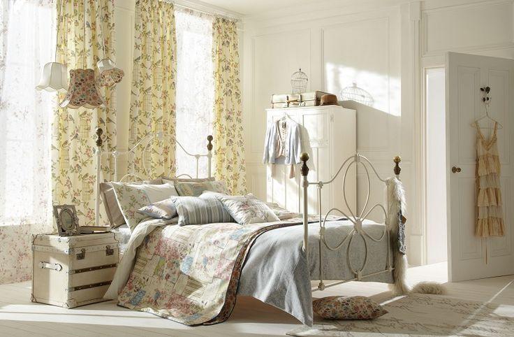 Stile shabby per una camera da letto arredata con mobili