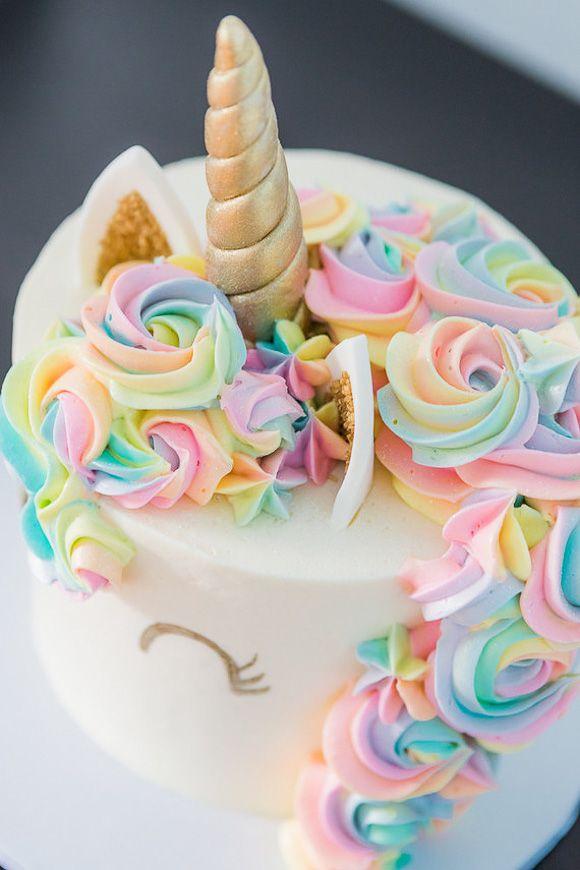 Un gâteau licorne aux yeux dorés