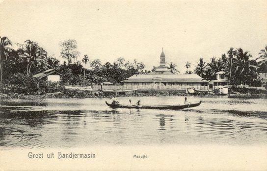Moskee bij de rivier in Bandjermasin 1880-1920.