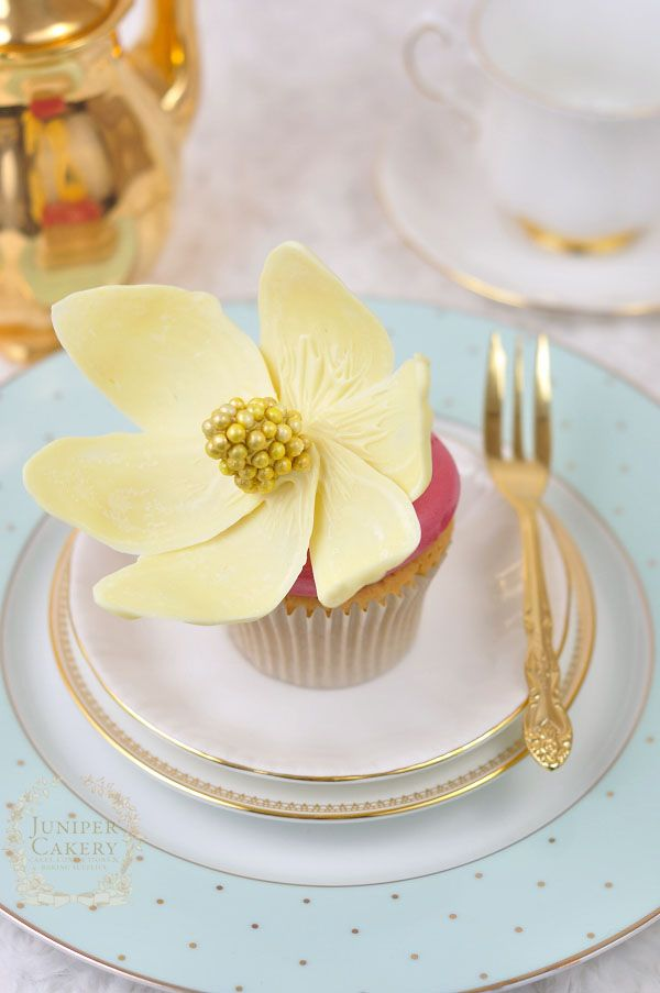 White chocolate magnolia flower cupcake - tutorial
