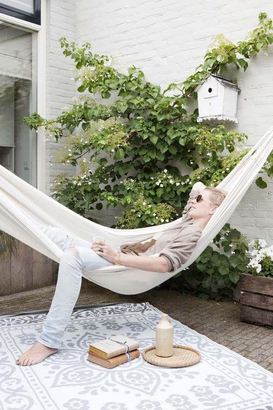 KARWEI | Optimaal genieten met zo'n hangmat in de tuin. #karwei #binnenkijkers #hangmat #tuin
