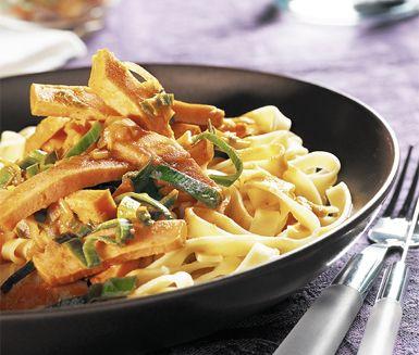 Lättlagad klassiker med falukorv, tomatpuré, grädde och purjolök. Korv stroganoff passar lika bra både som middag och lunch. Servera med färsk kokt bandpasta. Snabbt, lätt och otroligt gott.