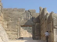 Porta dei Leoni, XIV secolo. Era una gigantesca porta larga 3 metri e alta 3,2, costruita con lastroni di pietra a secco che immetteva nella città di Micene. In essa sono rappresentate due leonesse rampanti che simboleggiavano la potenza della città. Micene.