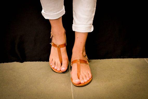 ★★ Sandale 6 ★★   Sie sind aus hochwertigem Öl Kalbsleder gefertigt.   Informationen. • Erhältlich in 4 Farben • 1,6 cm Ferse. • Materialien - obere Fußbett und Sohle: 100 % hochwertiges Kalbsleder-Leder. • Verfügbare Größe: EU 35-41  Aufgrund der Beschaffenheit des Leders, die wir verwenden und die handgemachte Qualität der Arbeit, jedes Stück ist wahrscheinlich zu sein einzigartig in Aussehen, Farbe und beenden. Wir glauben, dies gehört zu den positiven Eigenschaften des Leders und hilft…