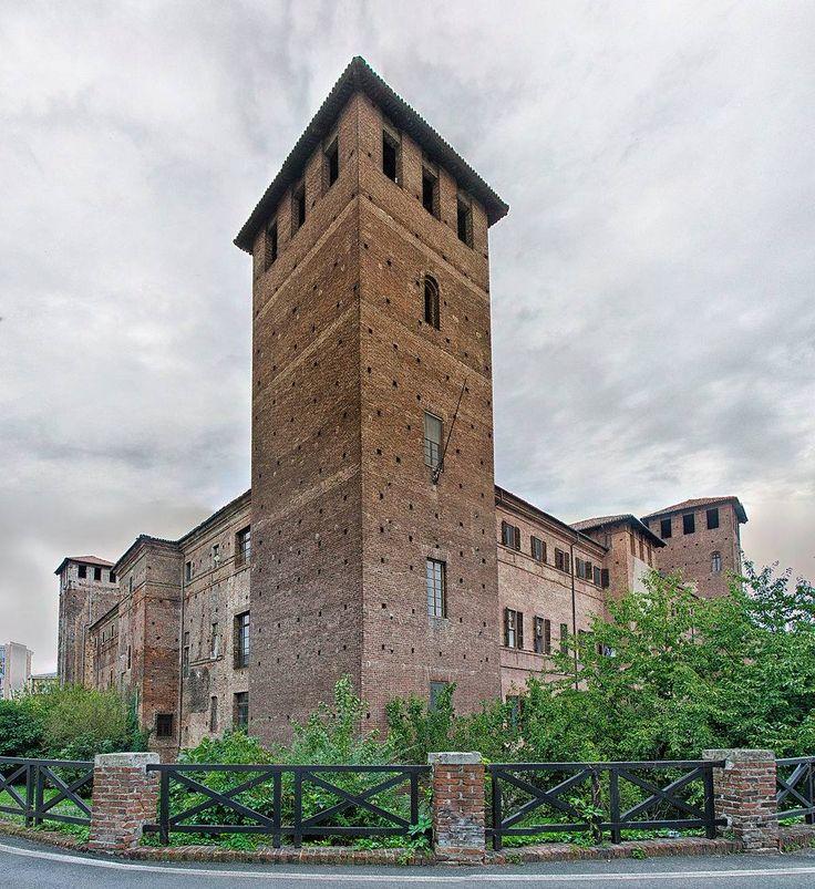 Castello Visconteo (Vercelli)  Il catello venne edificato per ordine di Matteo Visconti attorno al 1290, probabilmente sulle rovine di edifici precedenti. A pianta quadrangolare, subi danneggiamenti durante l'assedio spagnolo nel 1638, fu caserma durante l'epoca napoleonica e fu anche residenza sabauda, dove mori' il Beato Amedeo, e carcere durante il diciannovesimo secolo.