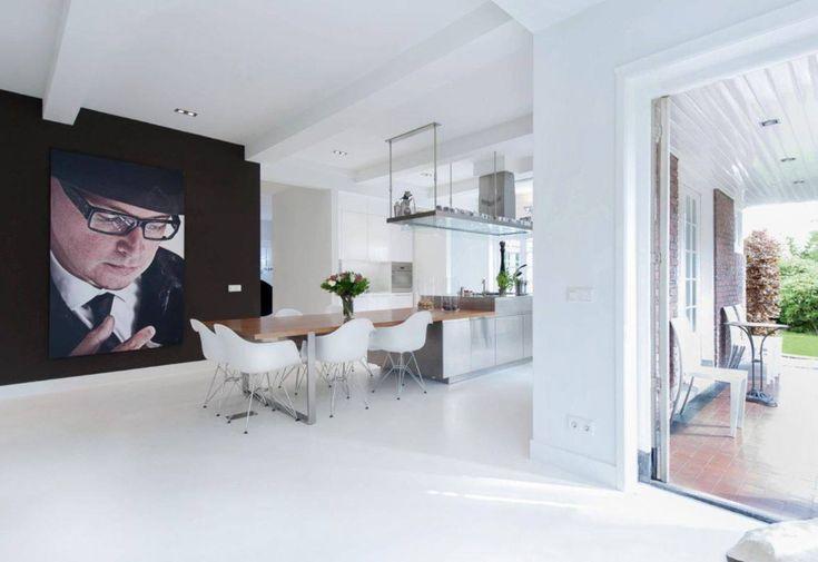 Design woonkeuken met naadloze witte gietvloer van Motionvloer #interieur #wit #vloer