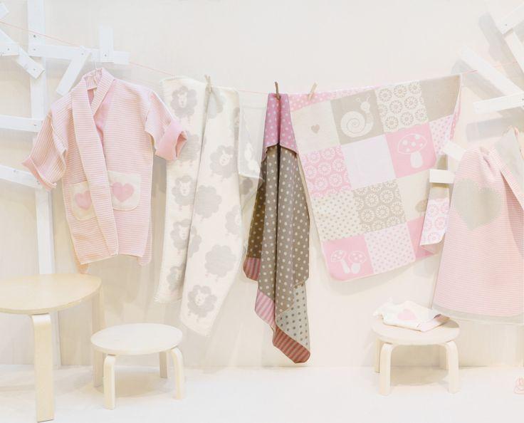 Dies ist kein Kapuzenhandtuch, sondern eine Babydecke ! Von der Firma David Fussenegger wurde diese Decke konzipiert um das Baby kuschelig-sicher einzuhüllen. Das Köpfchen wird schön warm geschützt. Mit einem aufgestickten Namen wird diese Decke zu einem tollen Geschenk zur Geburt !!!