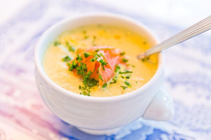 Krämig kål- och purjolökssoppa med kallrökt lax