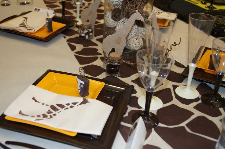 Une décoration de table sous le thème du safari avec ce chemin de table et les serviettes jetable girafe. Un repas qui s'annonce tribal ! #legeantdelafete #decoration #table #decodetable #girafe #afrique #safari #marron #vaissellejetable #assiettes #serviette #motif #bougie #trival #ethnique #plume #flute #orange #giraffe