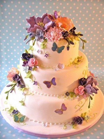torta floreale a piani con farfalle.