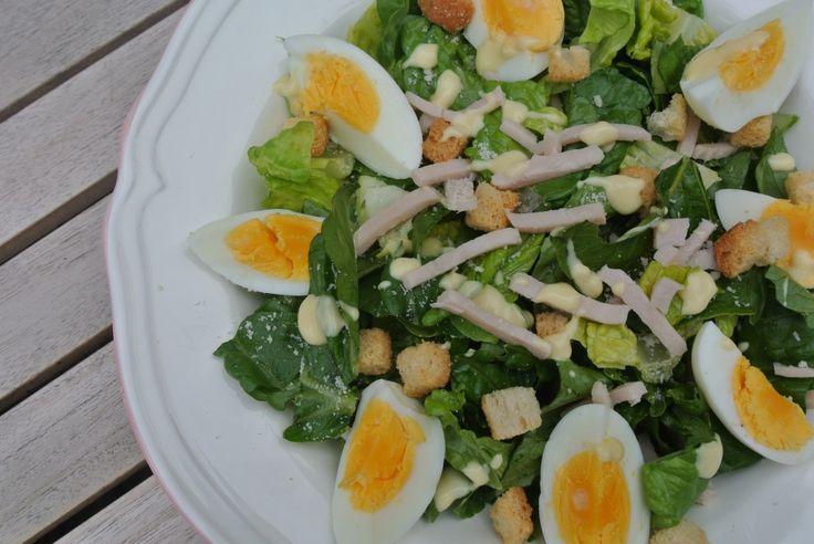 Caesar salad met gerookte kip en dressing - Lekker en Simpel