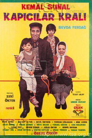 Anadolu'nun çeşitli yerlerinden İstanbul'a yapılan göçlerin ivme kazandığı yıllardayız... Karısı ve iki çocuğuyla daha iyi yaşama umutlarıyla İstanbul'a gelen Seyit, büyük bir apartmanda kapıcılık yapmakta, karısı da evlere temizliğe gitmektedir. Seyit sıradan ve düz bir adam gibi görünse de bu apartmanda olup biten her şeyden haberderdir ve her zaman zekice hamleler yapıp kendini bir şekilde idare eder.