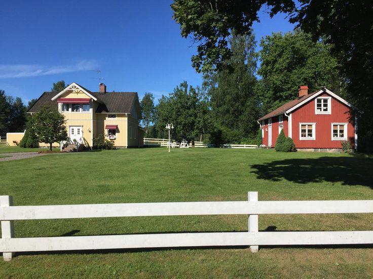 Op zoek naar van die typisch Zweedse vakantiehuisjes? Die rode houten huizen met witte kozijnen? Wij vonden ze bij Bo i Smaland en huurden er een in Habo.