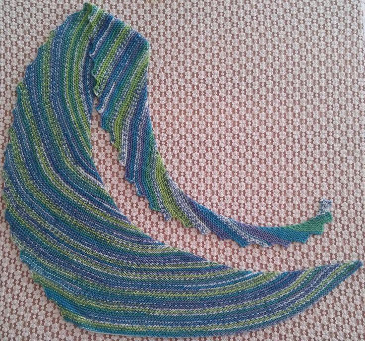 Sciarpa coda di drago realizzata in lana. Lavorazione a maglia. Knit.