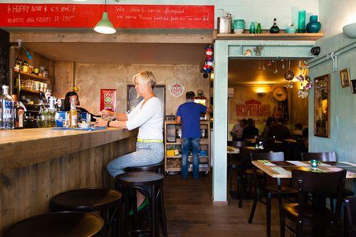 Beoordeel nooit iemand op zijn/haar uiterlijk. Met een restaurant is dat net hetzelfde. Het pand waarin het Mexicaans/Amerikaanse restaurant El Rincón huist, kan je bezwaarlijk uitnodigend noemen. ...