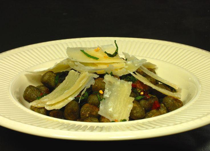 *Friday dinner inspiratie* Een verrassend smaakvol en bijzonder snel gerecht van onze #glutenvrije #Perle met een Salie-Boter saus, Rode Peper vlokken en Parmezaanse kaas!  -> De Perle is overigens nu ook nog eens extra voordelig (€2,10 i.p.v. €4,40 voor 500 gr i.v.m. naderende THT datum!)  Vind het hele recept (en de Perle) via: http://www.glutenfreewebshop.com/recepten/perle-van-spinazie-met-salie-boter-saus/