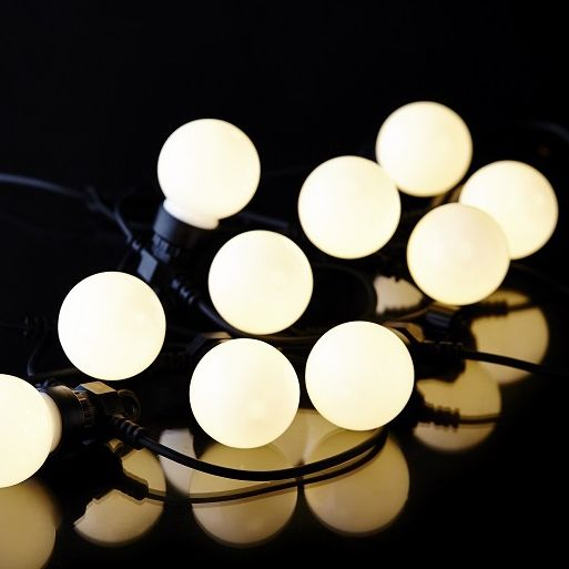 Biały sznur z 10 żarówkami LED, który można połączyć z 9 innymi sznurami, co umożliwi nam osiągnięcie aż 30 metrów oświetlenia. Sznur jest lekki, nadaje się