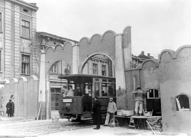 Fot. Tramwaj linii 3 wjeżdżający na teren dawnego getta w Podgórzu; zdjęcie z okresu 20 III 1941 do 20 VI 1942, wolne zasoby.