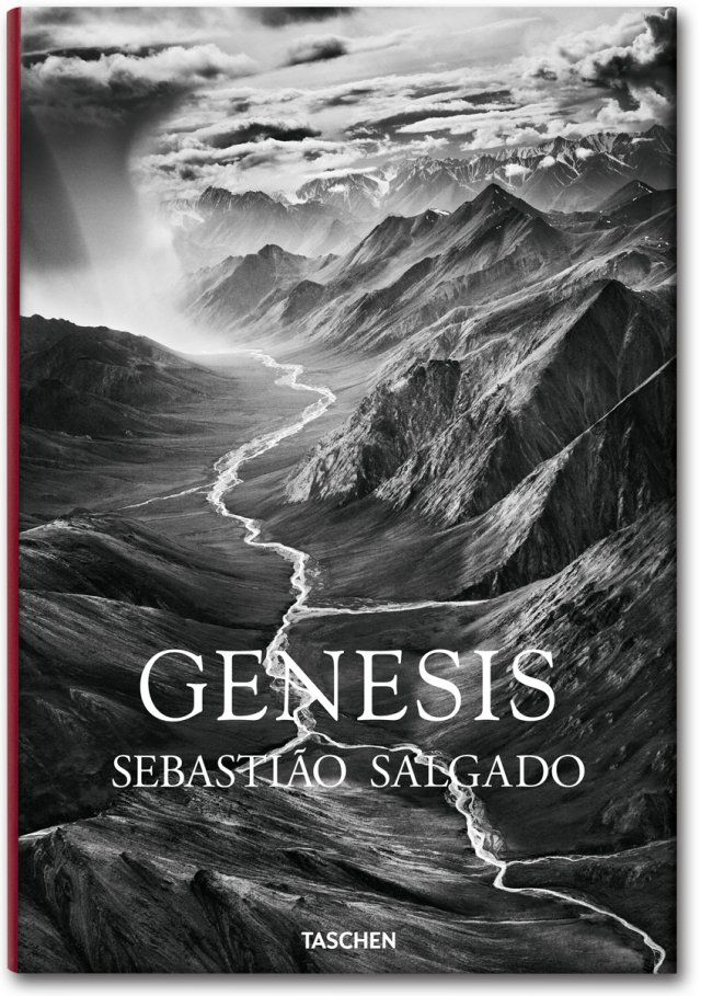 Die atemberaubenden Schwarz-Weiß-Fotos aus dem GENESIS-Projekt sind geografisch in fünf Kapitel unterteilt: Im Süden des Planeten, Zufluchtsorte, Afrika, Nördliche Weiten, Amazonien und Pantanal. Erschienen im TASCHEN Verlag