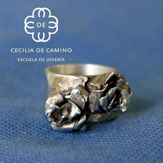 Anillo de plata de rosas rústicas. #escuelajoyeriacdc #joyeriachilena #orfebreschilenos #orfebreriachilena #novioschile  #madeinchile #hechoenchile #instachile #instasantiago #anillo #ring #hechoamano