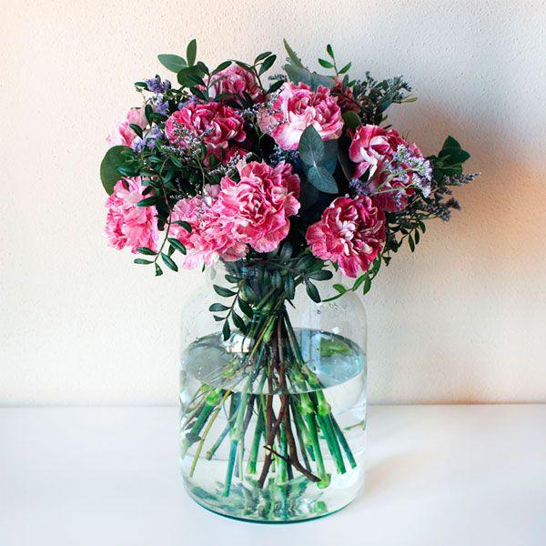 Disfruta de la vitalidad de sus claveles combinados con limonium. Puro color Colvin. No son unas flores. Son unas Colvin.
