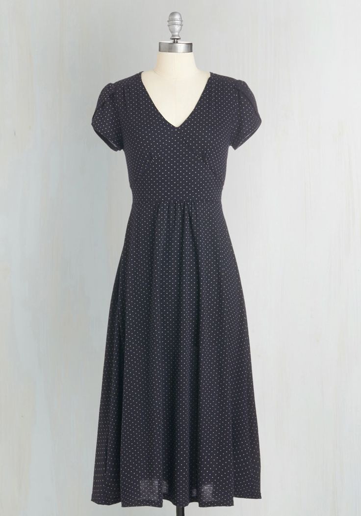 You're a go-to for comfy-yet-chic fashion advice - and you illuminate your style smarts with this navy midi dress! Touting tulip sleeves, a V-neck, and a back tie, this jersey-knit frock flaunts the casual-cool grace that makes you an expert.