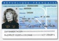 La carte nationale d'identité sécurisée est un document qui permet à une personne de prouver son identité et sa nationalité française.  Les données de l'état-civil et la signature de la personne inscrite sur la carte nationale d'identité sécurisée sont des preuves de validité. Contrairement à la carte de séjour délivrée par les maisons communales belges, il n'y a aucune obligation de procéder à son changement en cas de déménagement.