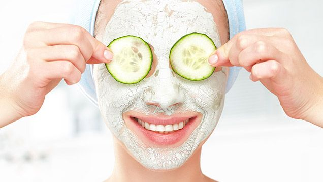 Hemmagjorda ansiktsmasker är enkla att göra och du har säkerligen ingredienserna hemma redan. Här får du 11 supertips på mat som föryngrar och förbättrar huden.