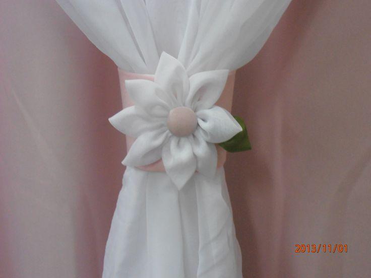 No quarto das meninas as flores nunca saem de moda. Na Decorativa Cortinas você encontra esta e outras cortinas sob encomenda: http://www.artesanatti.com.br/produto/cortina-em-voal-fuxico/50