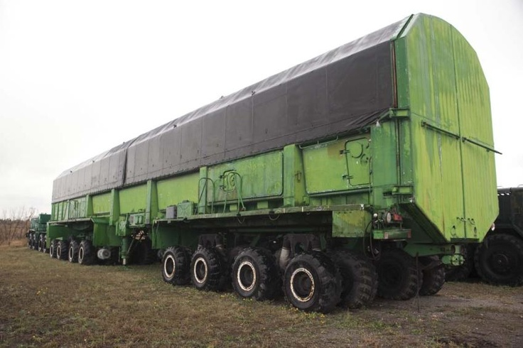 Soviet truck for transporting nuclear missiles : Monstertruck: Dieser achtachsige Lkw-Anhänger wurde für den Transport der Atomraketen eingesetzt.
