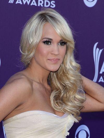 Carrie Underwoods pretty side-swept curls
