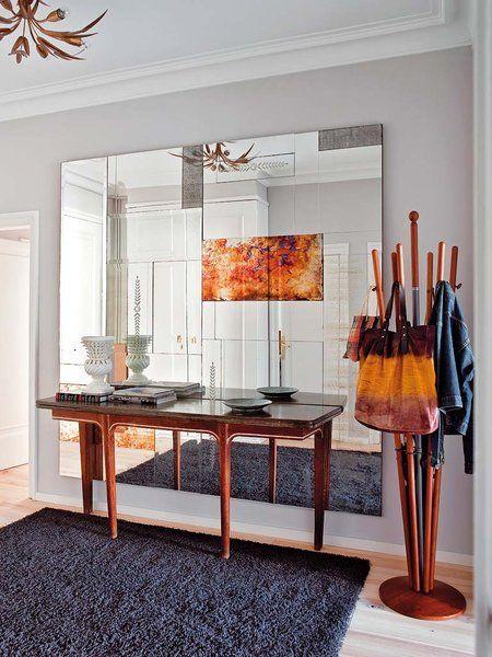 En este recibidor destaca el mural realizado a medida con espejos ensamblados de diferente tamaño y acabado.