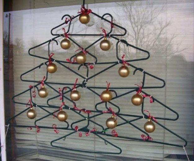 Alberi di Natale con grucce per abiti riciclate, magari rivisitando un po' l'idea.