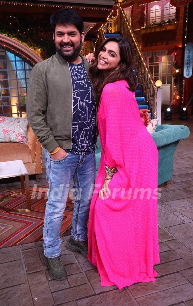 Deepika Padukone Snapped With Kapil Sharma On The Sets Of The Kapil Sharma Show Celebrity Celebri Deepika Padukone Style Deepika Padukone Indian Celebrities