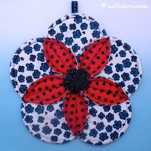 Fabric flower hotpad pattern by La Todera. Easy to make DIY fabric potholder and trivet tutorial.