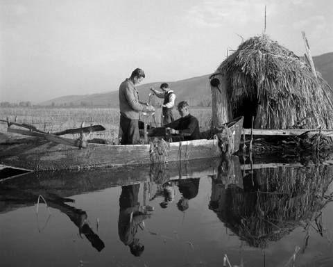 Ψαράδες στη λίμνη Κάρλα.1953 φωτ.Τάκη Τλούπα