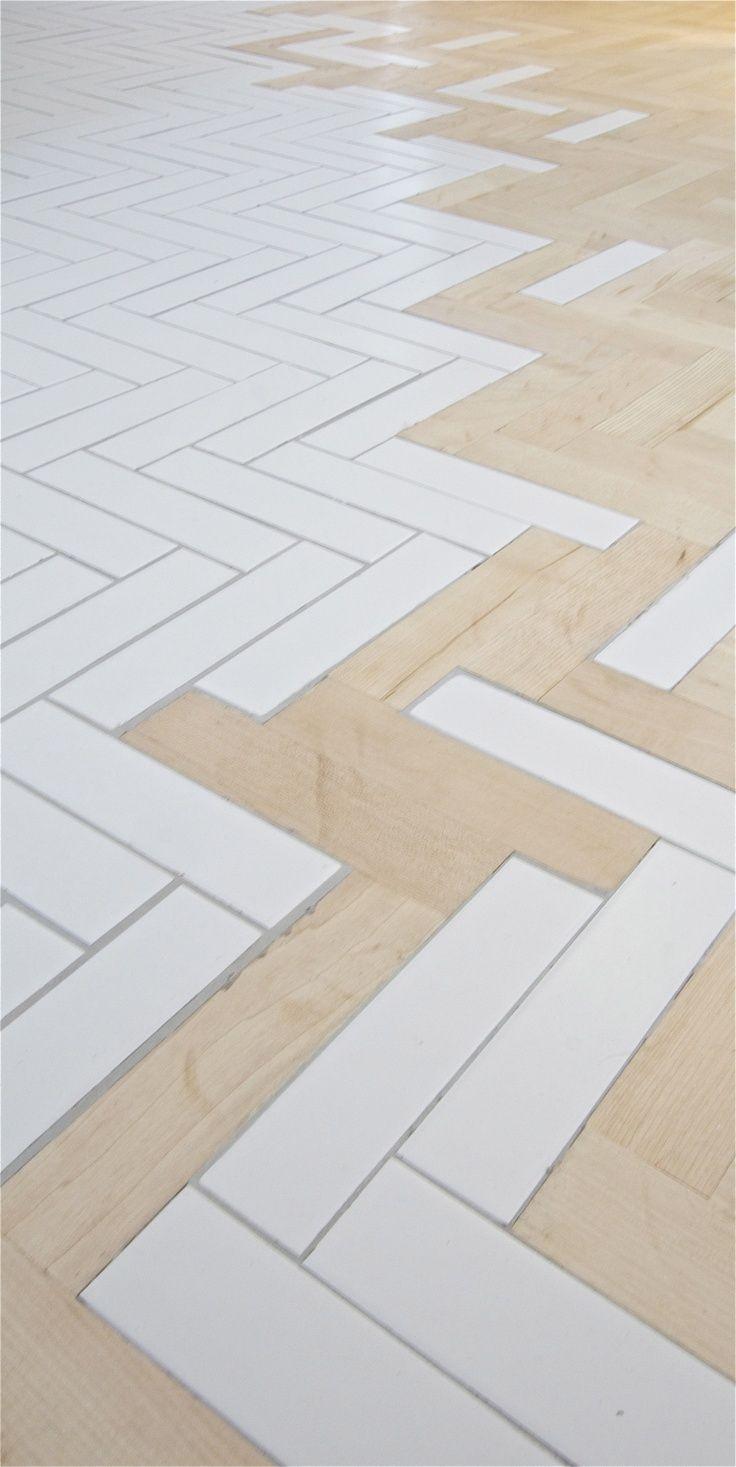 combinatie van keramische tegel en hout in visgraat motief voor de vloer.