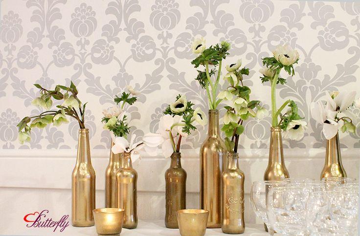 kwiaty w złotych butelkach