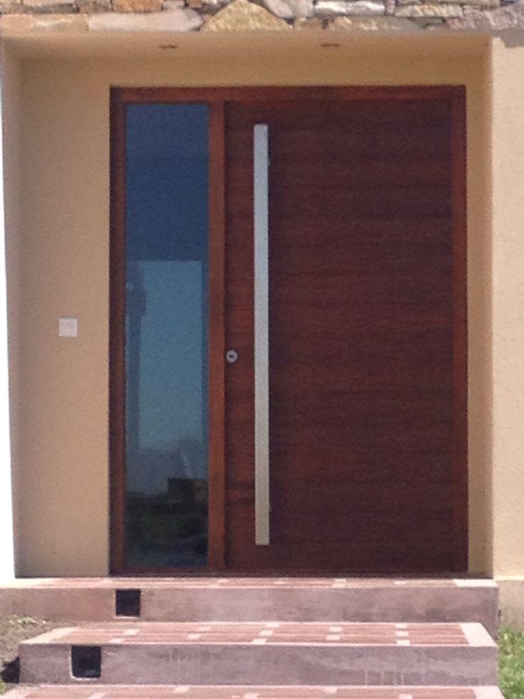 Madera oscura puerta exterior pinterest exterior for Puertas de madera maciza exterior
