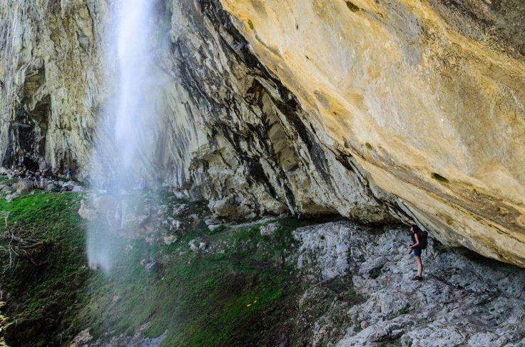 Cascada Vânturătoarea pe valea Cernei, lângă Băile Herculane